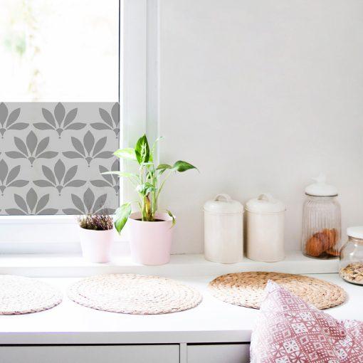 kwiatowa naklejka na okno w kuchni