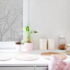 naklejka gałęzie drzewa na szybę w kuchni