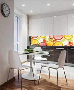 folia pod szybę w kuchni z owocami