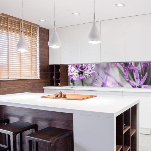 naklejka z fioletowymi kwiatami na szklany panel
