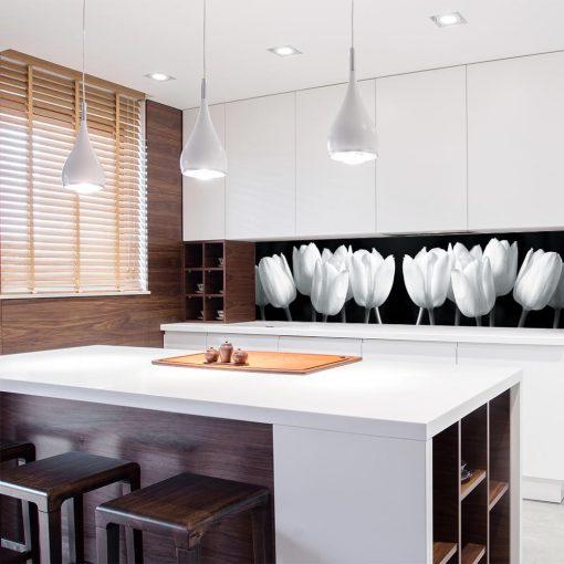 okleina na szybę w kuchni z białymi tulipanami