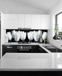 fototapeta z białymi tulipanami na szybę
