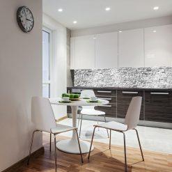 laminat z białą cegłą pod szklany panel w kuchni