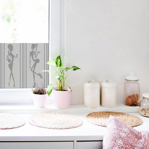 naklejka kobiety na okno w kuchni