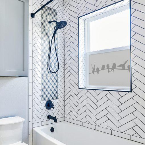 naklejka na szybę w łazience z ptaszkami