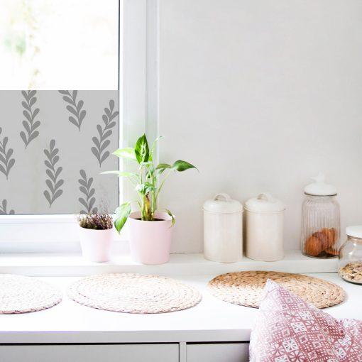 naklejka z listkami na okno w kuchni