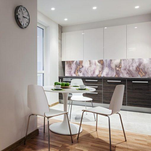 fioletowa naklejka na szybę w kuchni