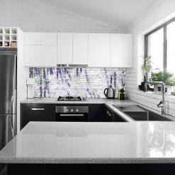 biała naklejka pod szybę w kuchni