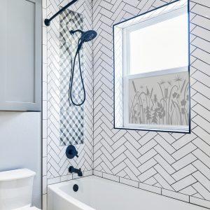 naklejki na szyby i okna w łazience