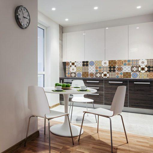 wzorzysta okleina na szkło w kuchni