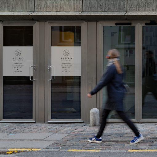 naklejka z logiem i godzinami otwarcia biura księgowego
