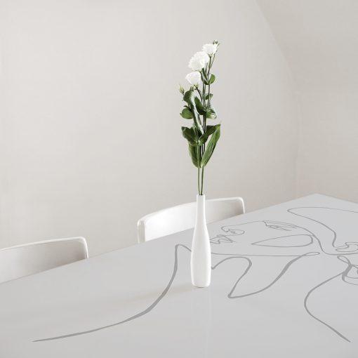 naklejka z kobietą na szklany blat stołu